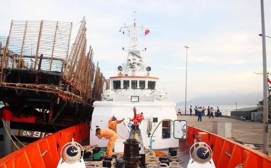Cận cảnh tàu SAR vượt biển cứu 49 ngư dân bị ngộ độc nguy cấp trên biển ảnh 7