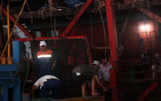 Cận cảnh tàu SAR vượt biển cứu 49 ngư dân bị ngộ độc nguy cấp trên biển ảnh 8