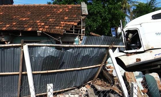 Xe đầu kéo tông sập nhà, cả gia đình đang ngủ bị thương nặng ảnh 3