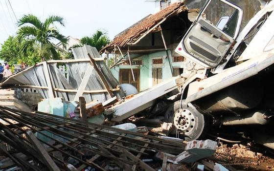 Xe đầu kéo tông sập nhà, cả gia đình đang ngủ bị thương nặng ảnh 1