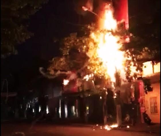 Trụ điện bốc cháy, nổ như pháo tại TP Quy Nhơn ảnh 2