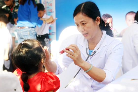 Phó Chủ tịch nước Đặng Thị Ngọc Thịnh trao quà cho 700 học sinh vùng lũ Bình Định ảnh 6
