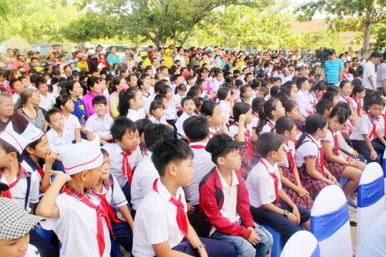 Phó Chủ tịch nước Đặng Thị Ngọc Thịnh trao quà cho 700 học sinh vùng lũ Bình Định ảnh 8