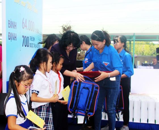 Phó Chủ tịch nước Đặng Thị Ngọc Thịnh trao quà cho 700 học sinh vùng lũ Bình Định ảnh 2
