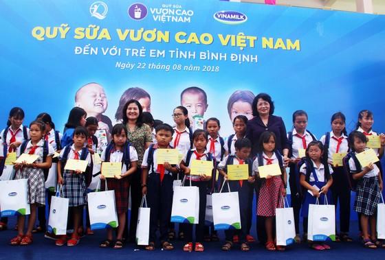 Phó Chủ tịch nước Đặng Thị Ngọc Thịnh trao quà cho 700 học sinh vùng lũ Bình Định ảnh 1
