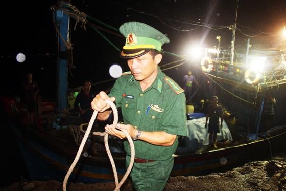 Tàu cá trên 1 tỷ bị sóng biển nhận chìm, 10 ngư dân thoát chết nhờ can nhựa... ảnh 2