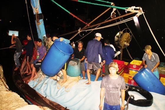 Tàu cá trên 1 tỷ bị sóng biển nhận chìm, 10 ngư dân thoát chết nhờ can nhựa... ảnh 4
