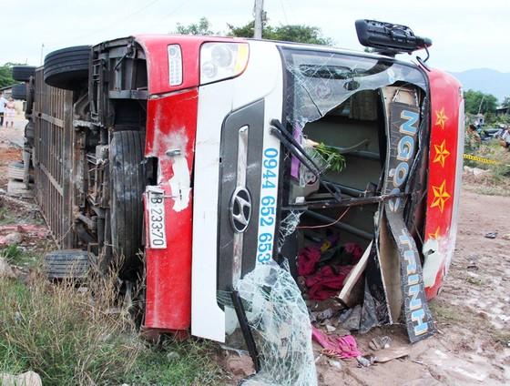 Xe giường nằm chở theo 29 hành khách tông gãy trụ điện lao xuống ruộng lật ngửa ảnh 2