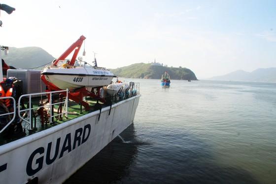 Cảnh sát biển cứu tàu bị nạn cùng 7 ngư dân Bình Định vào bờ an toàn ảnh 2