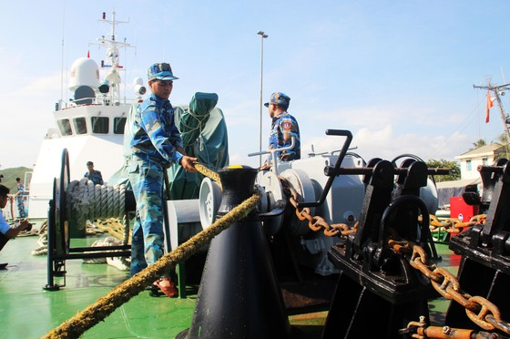 Cảnh sát biển cứu tàu bị nạn cùng 7 ngư dân Bình Định vào bờ an toàn ảnh 3