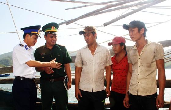 Cảnh sát biển cứu tàu bị nạn cùng 7 ngư dân Bình Định vào bờ an toàn ảnh 10