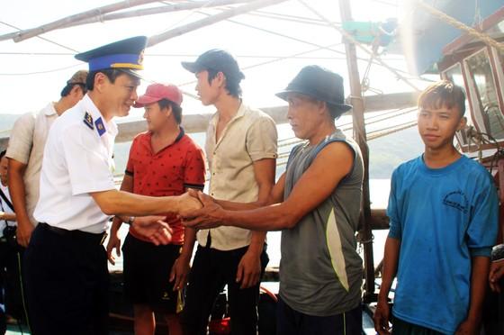 Cảnh sát biển cứu tàu bị nạn cùng 7 ngư dân Bình Định vào bờ an toàn ảnh 1