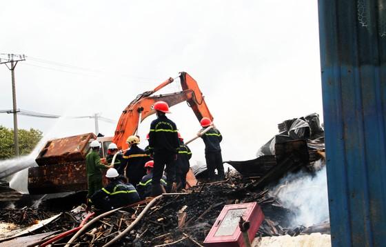 Xưởng chứa củi bốc cháy suốt 12 giờ đồng hồ tại KCN Phú Tài vẫn chưa được dập tắt ảnh 4