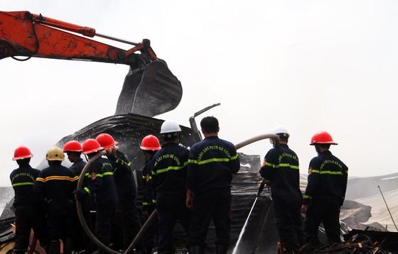 Xưởng chứa củi bốc cháy suốt 12 giờ đồng hồ tại KCN Phú Tài vẫn chưa được dập tắt ảnh 1