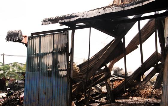Xưởng chứa củi bốc cháy suốt 12 giờ đồng hồ tại KCN Phú Tài vẫn chưa được dập tắt ảnh 3