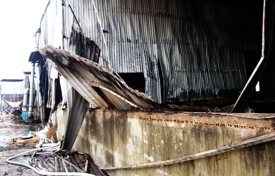 Xưởng chứa củi bốc cháy suốt 12 giờ đồng hồ tại KCN Phú Tài vẫn chưa được dập tắt ảnh 5