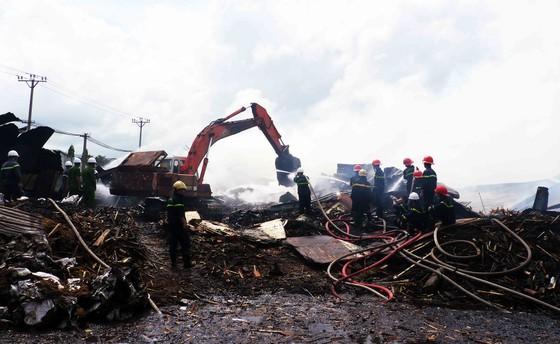 Xưởng chứa củi bốc cháy suốt 12 giờ đồng hồ tại KCN Phú Tài vẫn chưa được dập tắt ảnh 2