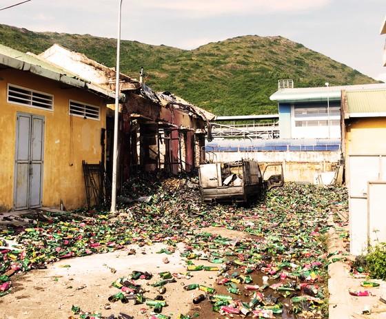 Kho chứa 4.000 thùng thuốc xịt kiến, gián, muỗi... bốc cháy, nổ như đạn pháo  ảnh 2