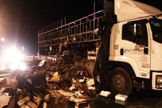Xe tải đang chạy trên QL 1A thì bất ngờ bốc cháy dữ dội ảnh 2
