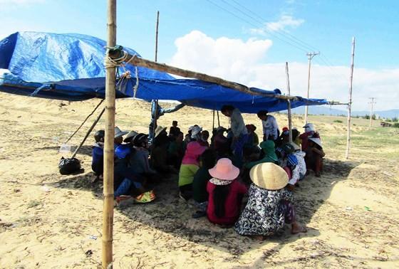 Dân tụ tập, chặn xe dịch vụ chở đoàn công binh đi rà phá bom mìn cho dự án điện mặt trời ảnh 2
