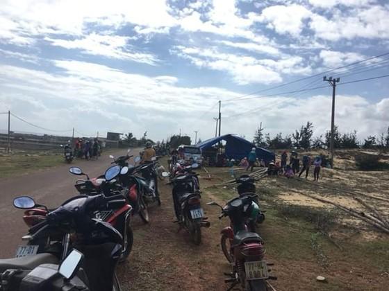 Dân tụ tập, chặn xe dịch vụ chở đoàn công binh đi rà phá bom mìn cho dự án điện mặt trời ảnh 3