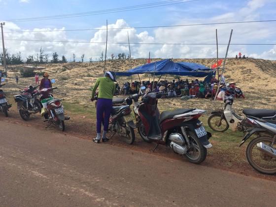 Dân tụ tập, chặn xe dịch vụ chở đoàn công binh đi rà phá bom mìn cho dự án điện mặt trời ảnh 1