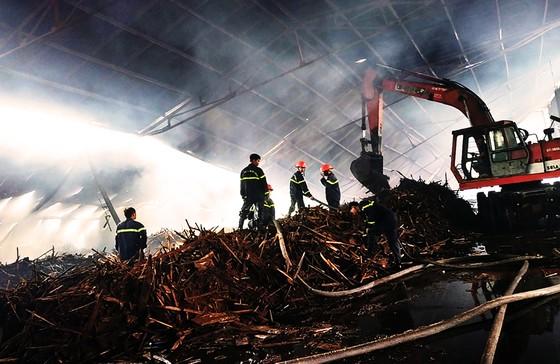 Xưởng gỗ dăm, viên nén sinh học bốc cháy từ sáng đến chiều ảnh 3