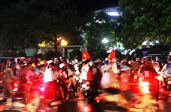 Nức lòng khi Việt Nam vào Chung kết AFF Cup ảnh 7