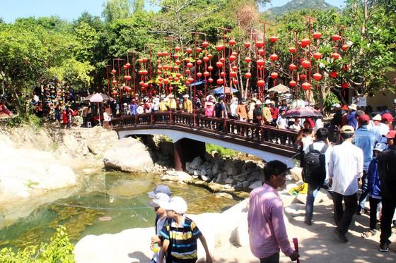 Dòng người đổ về chiêm ngưỡng tượng Phật ngồi cao nhất Đông Nam Á ảnh 8