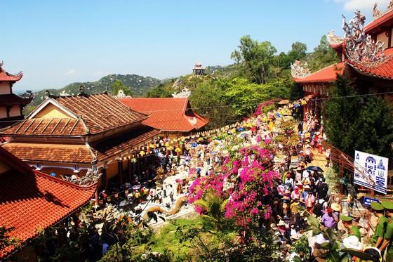 Dòng người đổ về chiêm ngưỡng tượng Phật ngồi cao nhất Đông Nam Á ảnh 3
