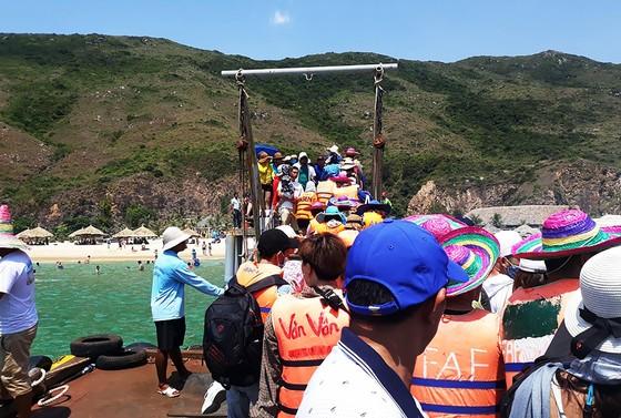 """Biển người đổ đến nghỉ lễ khiến làng biển Nhơn Lý trở nên """"quá tải"""" ảnh 1"""