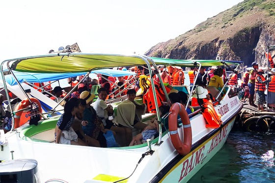 """Biển người đổ đến nghỉ lễ khiến làng biển Nhơn Lý trở nên """"quá tải"""" ảnh 3"""