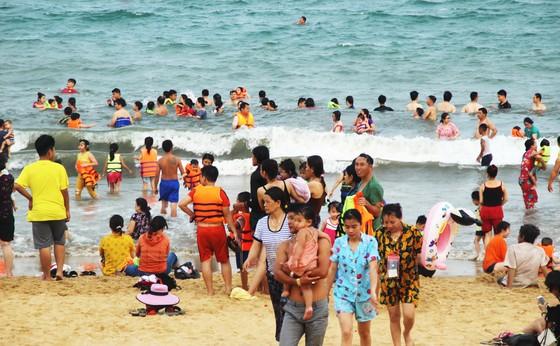 """Hàng vạn người ùn ùn đổ đến khiến bãi tắm Quy Nhơn """"ngột thở"""" ảnh 4"""