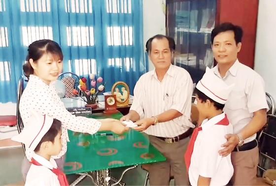 Hai học sinh lớp 3 nhặt được 6 chỉ vàng đem nộp cho công an ảnh 1