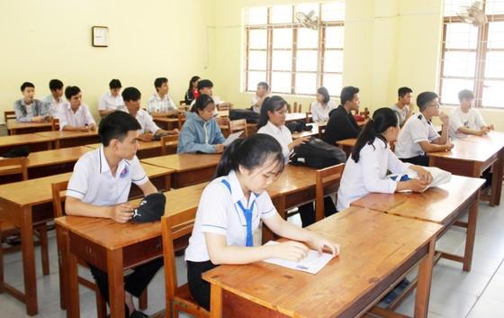 Kỳ thi THPT Quốc gia năm 2019: Thí sinh đến các điểm thi làm thủ tục dự thi ảnh 16