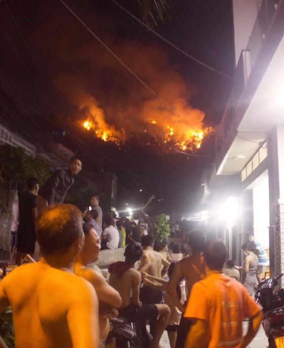 Núi giữa thành phố Quy Nhơn bùng lửa, uy hiếp hàng trăm hộ dân ảnh 2