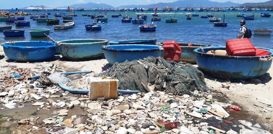 """Cận cảnh bãi biển đẹp như tranh bị """"đầu độc"""" bởi rác thải ảnh 3"""