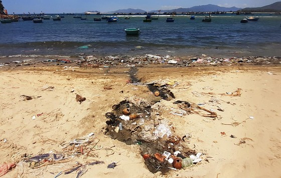 """Cận cảnh bãi biển đẹp như tranh bị """"đầu độc"""" bởi rác thải ảnh 8"""