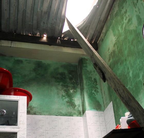 Ván gỗ cốt pha dài 4m đâm thủng mái tôn nhà dân ảnh 4