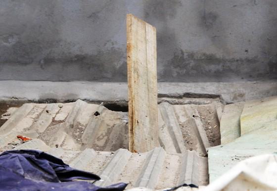 Ván gỗ cốt pha dài 4m đâm thủng mái tôn nhà dân ảnh 2