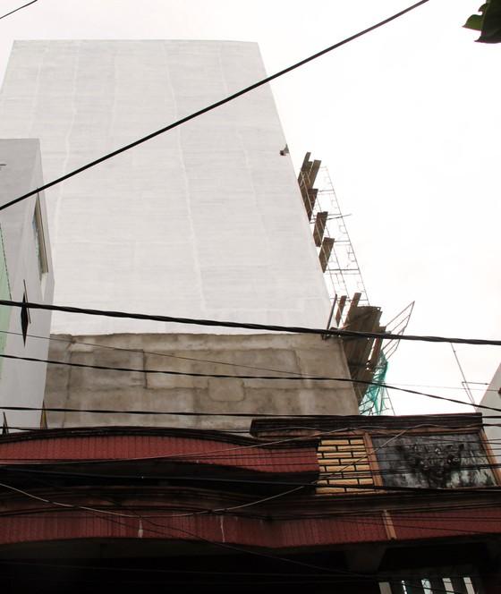 Ván gỗ cốt pha dài 4m đâm thủng mái tôn nhà dân ảnh 3