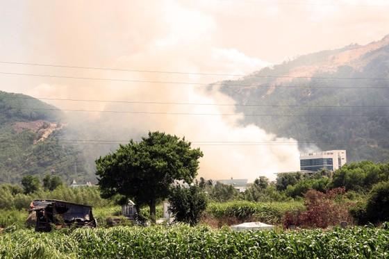 """Cận cảnh """"cuộc chiến"""" 5 giờ với lửa lớn ở KCN Phú Tài ảnh 1"""