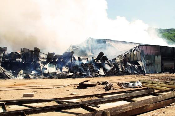 """Cận cảnh """"cuộc chiến"""" 5 giờ với lửa lớn ở KCN Phú Tài ảnh 5"""