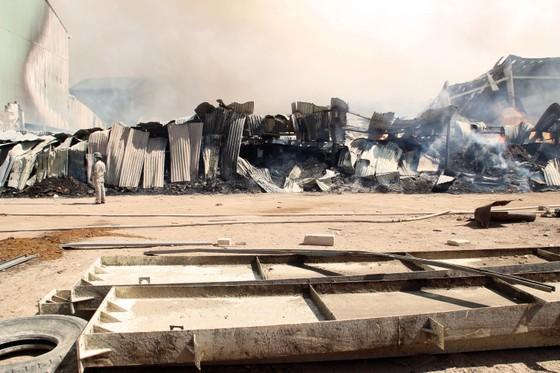 """Cận cảnh """"cuộc chiến"""" 5 giờ với lửa lớn ở KCN Phú Tài ảnh 2"""