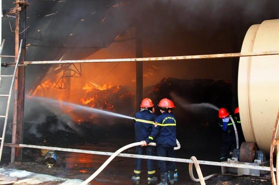 """Cận cảnh """"cuộc chiến"""" 5 giờ với lửa lớn ở KCN Phú Tài ảnh 3"""