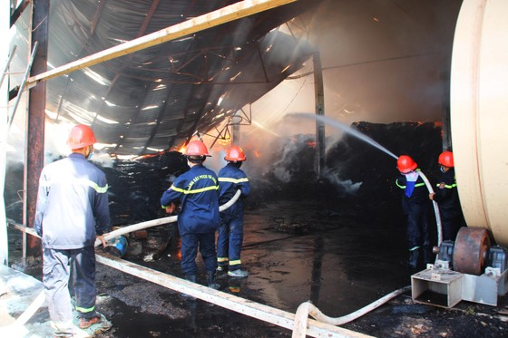 """Cận cảnh """"cuộc chiến"""" 5 giờ với lửa lớn ở KCN Phú Tài ảnh 6"""