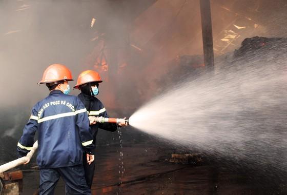 """Cận cảnh """"cuộc chiến"""" 5 giờ với lửa lớn ở KCN Phú Tài ảnh 8"""