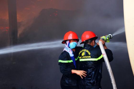 """Cận cảnh """"cuộc chiến"""" 5 giờ với lửa lớn ở KCN Phú Tài ảnh 7"""