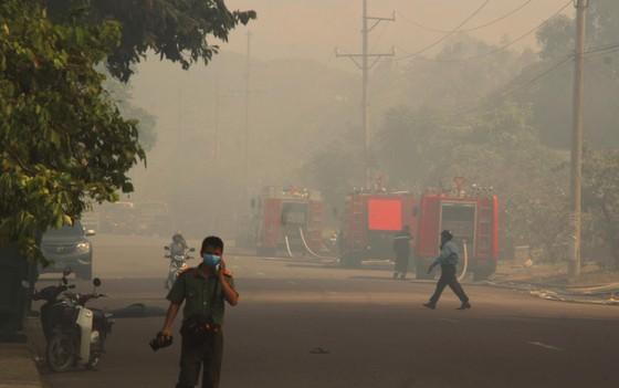 """Cận cảnh """"cuộc chiến"""" 5 giờ với lửa lớn ở KCN Phú Tài ảnh 13"""