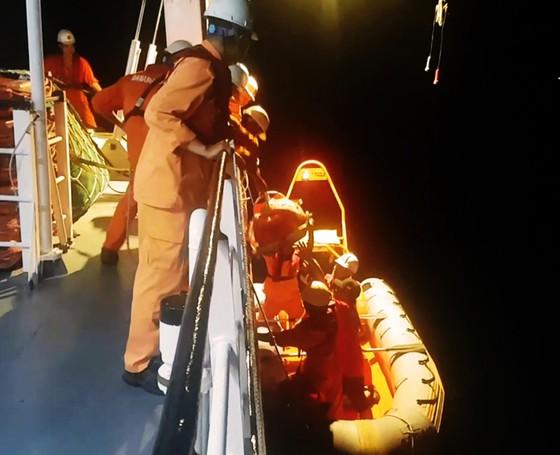 Xuyên đêm cứu ngư dân bị đứt gân chân ở vùng biển Hoàng Sa ảnh 2